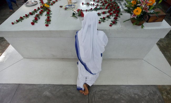 A Catholic nun from the Missionaries of Charity at Mother Teresa\'s tomb...