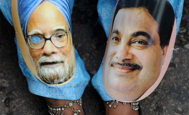 IAC activist wears pictures of Manmohan Singh and Nitin Gadkari