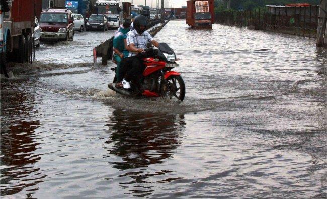 Water logging due to heavy rains affects traffic at Hero Honda Chowk at Delhi-Gurgaon Expressway