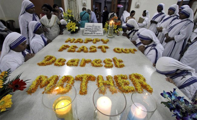 Missionaries of Charity nuns pray at the tomb of Mother Teresa on her death anniversary in Kolkata