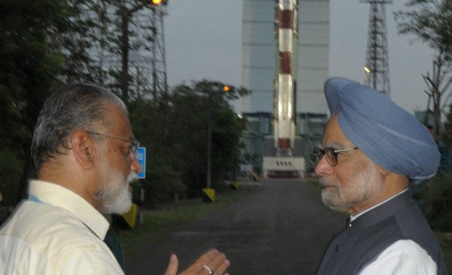 Prime Minister Manmohan Singh talk with ISRO chief K Radhakrishnan