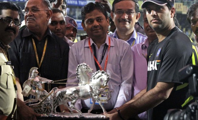 Yuvraj Singh receives a memento from the Andhra Cricket Association