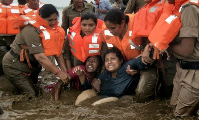 Police arrest two women who were part of the the \'Jal Satyagrah\' in Narmada river