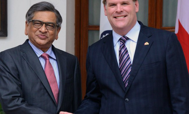 Canadian Foreign Minister, John Baird, shakes hands with S.M. Krishna