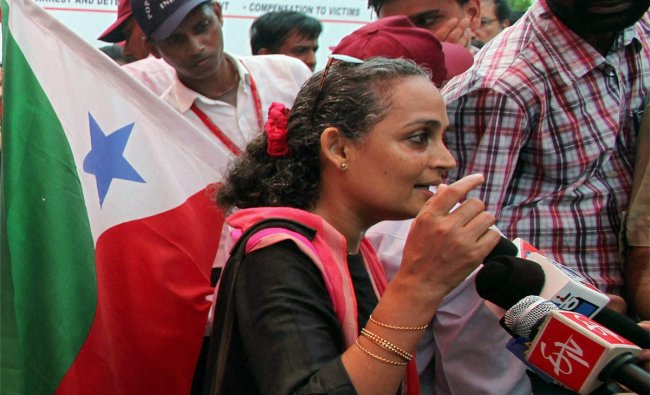 Arundhati Roy talking to media as she participates in a national campaign against illigal detention