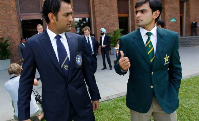 Pakistan\'s captain Mohammad Hafeez (R) and India\'s captain M.S. Dhoni arrive for a photograph