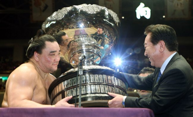Mongolian Harumafuji receives the prime minister\'s cup from Prime Minister Yoshihiko Noda