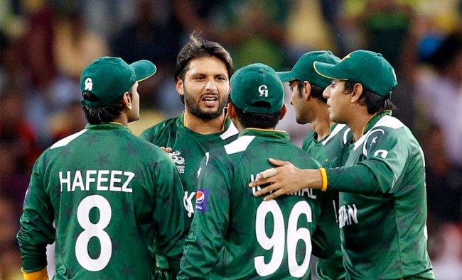 Pakistan\'s bowler Shahid Afridi, second left, celebrates with teammates the dismissal of New Zealand