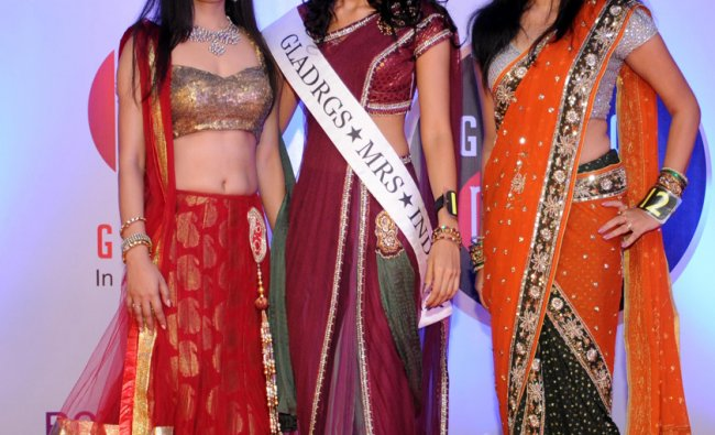 Winner of the \'Gladrags Mrs South India 2012\', strike a pose