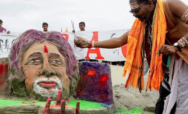 A priest performs \'aarti\' of a sand image of actor Amitabh Bachachan on the eve of his 70th birthday