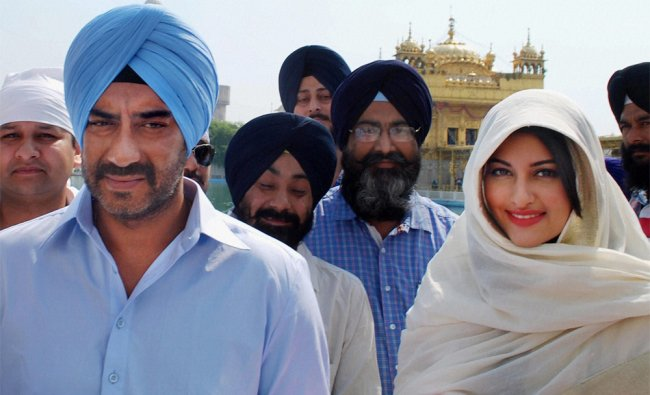 Ajay Devgn and Sonakshi Sinha paying obeisance at Golden Temple for the success of \'Son of Sardar\'