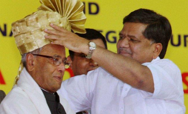 Karnataka CM Jagadish Shettar presents a turban to President Pranab Mukherjee