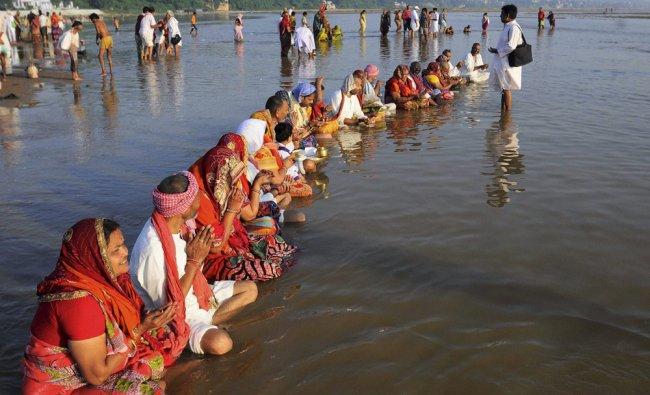 Hindus perform \'pind-daan\' rituals on the last day of Pitrapaksha mela in Gaya on Saturday.