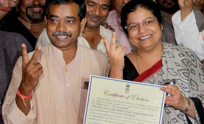 President Pranab Mukherjee\' son Abhijit Mukherjee flashes victory sign after winning a by-election