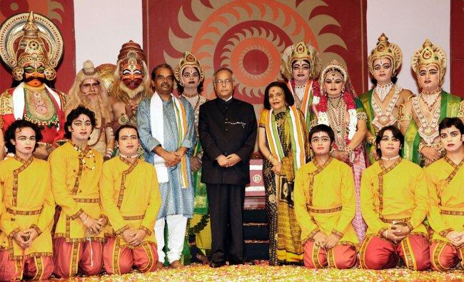 President Pranab Mukherjee with artists of Shri Ram Bharatiya Kala Kendra