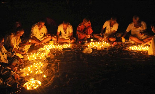 Hindu devotees offer prayers and perform the Pind Daan\' ceremony rituals for the salvation...