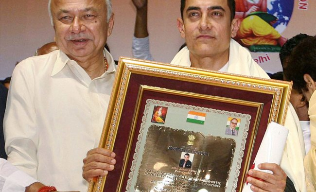 Union Home Minister Sushil Kumar Shinde honours Bollywood actor Aamir Khan at an award function...