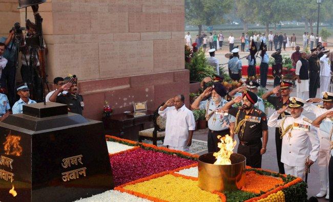 Defence Minister AK Antony paying tribute to war heroes at Amar Jawan Jyoti