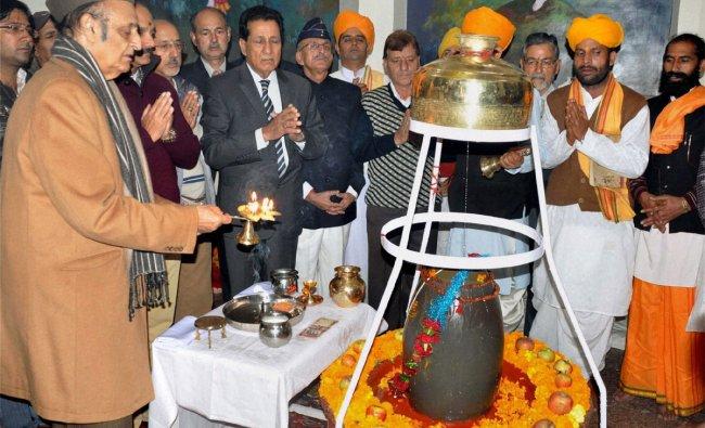 Karan Singh performs rituals for sanctification of a Shiv-Lingam at Shivji Temple in Srinagar