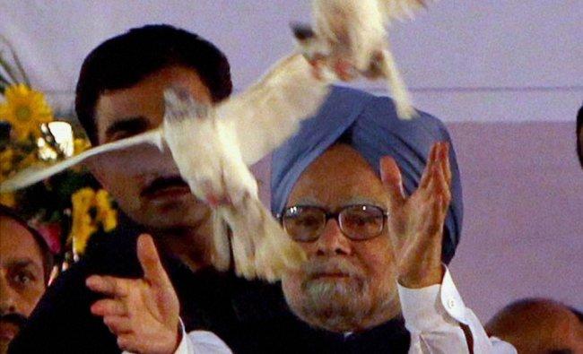 Manmohan Singh releases white pigeons during Dussehra celebrations at Subhash Maidan in Delhi ...