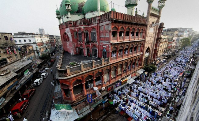 Muslims offering \'Namaz\' at Nakhoda Mosque on the occasion of Id-Ul-Zuha in Kolkata