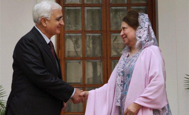 Salman Khurshid shakes hands with Bangladeshi Leader of Opposition Begum Khaleda Zia