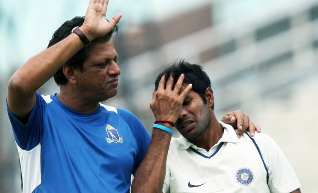 Bengal Coach W.V.Raman chats with Ashoke Dinda during a drinks break on the 2nd day...