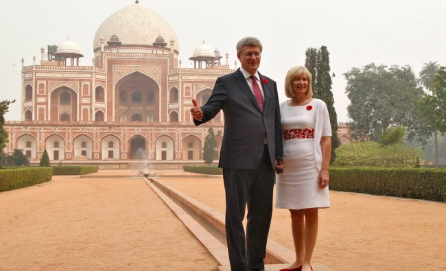 Canadian Prime Minister Stephen Harper (L) and his wife Laureen pose in front of the Humayun\'s tomb