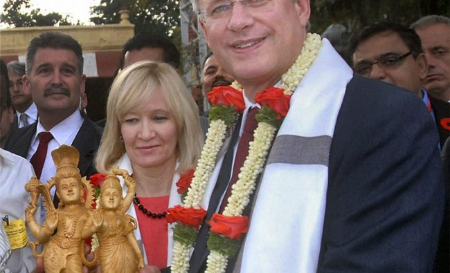 Canadian Prime Minister Stephen Harper and his wife Laureen receive an idol