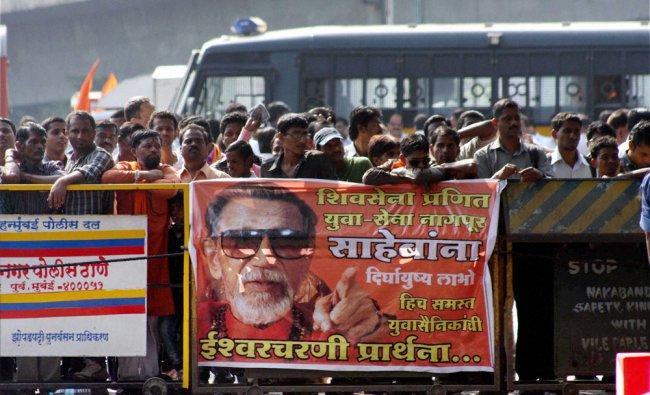 Supporter outside Balasaheb Thackeray\'s residence
