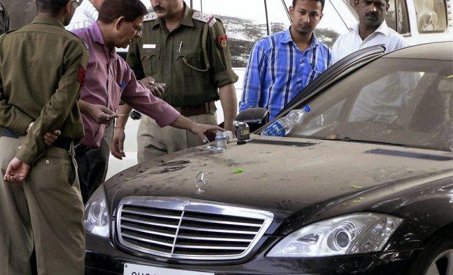 Delhi Police\'s forensic experts investigate at the crime scene