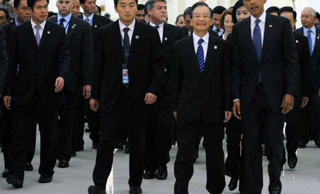 US President Barack Obama (R) and Chinese Prime Minister Wen Jiabao (2nd R) attend the 7th East...