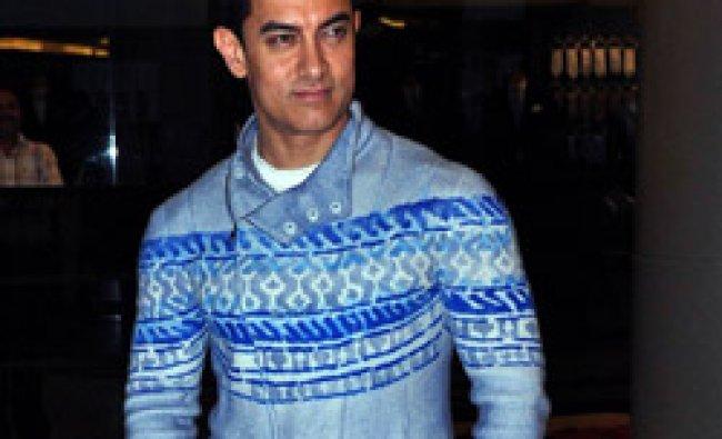 Aamir Khan poses as he attends the premier of Hindi film Talaash directed by Reema Kagti in Mumbai