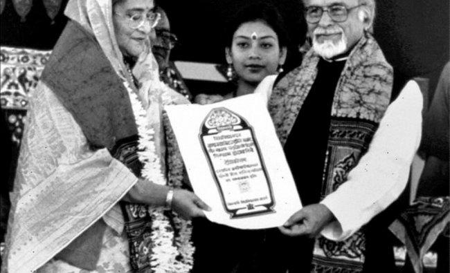 **FILE** Former Prime Minister IK Gujral conferes \'Desikottama\' on Bangladesh Prime Minister Sheik..