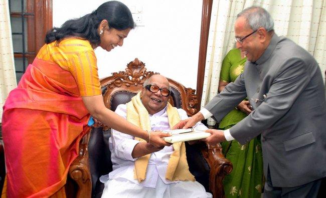 Pranab Mukherjee presenting a memento to DMK Chief M Karunanidhi at his residence