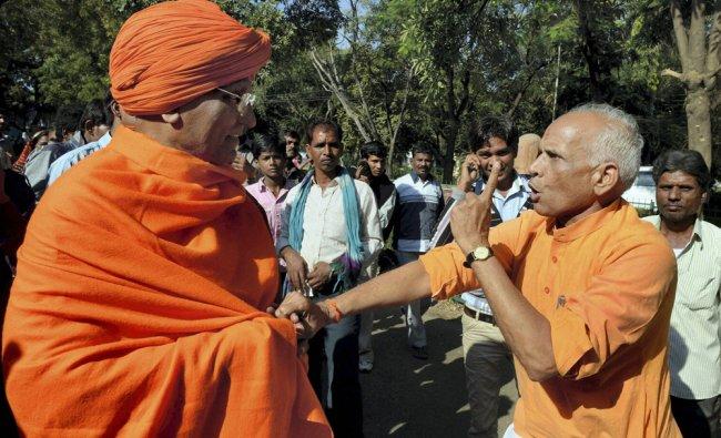 VHP activist scuffle with social activist Swami Agnivesh