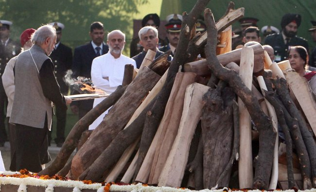Son Naresh Gujral and other family members perform last rites of former Prime Minister IK Gujral...