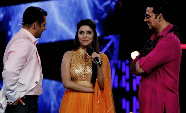 Bollywood actors Akshay Kumar (R) and Asin Thottumkal (C) perform on the set of the Colors...