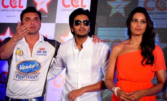 Ritesh Deshmukh (L) and Sohail Khan (C) pose with actress Bipasha Basu (R) during a press conference