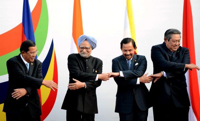Prime Minister of Cambodia Hun Sen (L), Prime Minister Manmohan Singh (2L), Sultan of Brunei Haj...