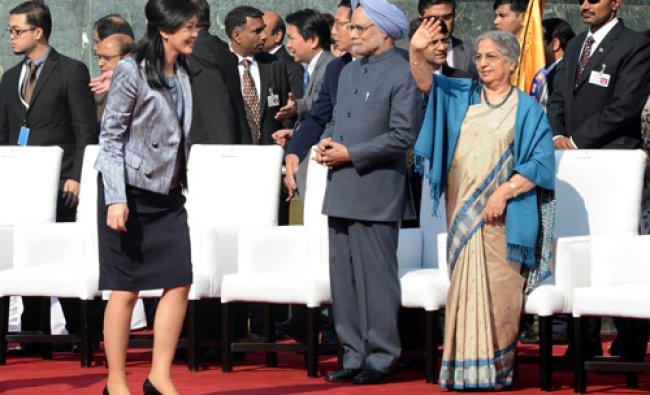 Thailand Prime Minister Yingluck Shinawatra (L) walks as Indian Prime Minister Manmohan Singh...