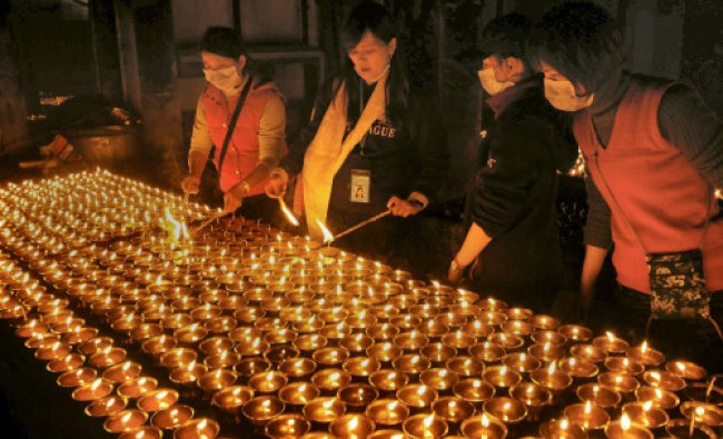 Foreigen tourists light lamps in memory of...