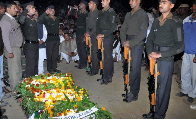 Army personnel paying respect to Lance Naik Hemraj Singh who was allegedly by Pakistani soldiers...