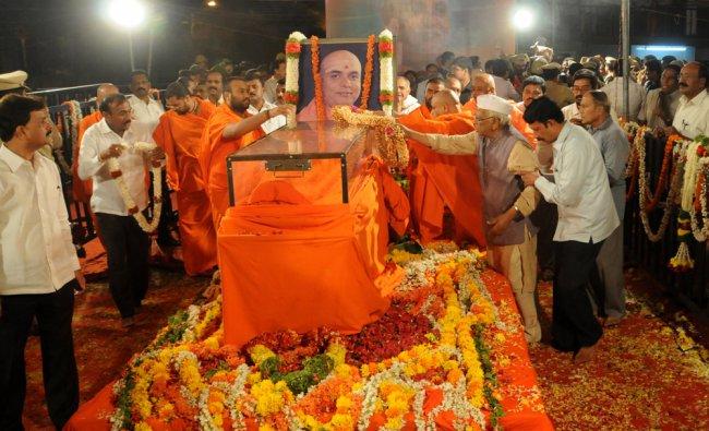 Freedom fighter Ho Srinivasaiah paying rich tributes to Balagangadharnath Swamiji, who passed away..