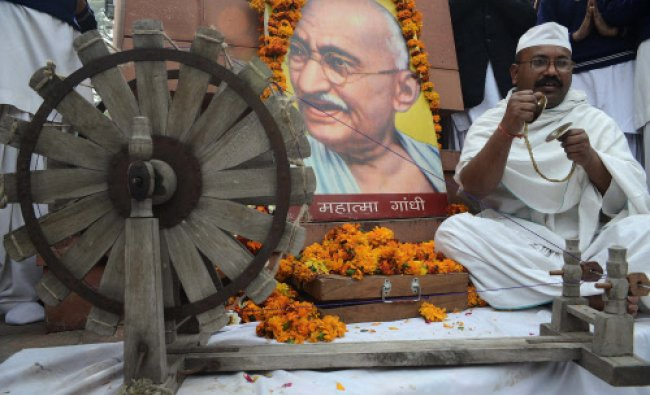 Sham Lal Gandhi pays his respects on the occasion of Martyr\'s Day