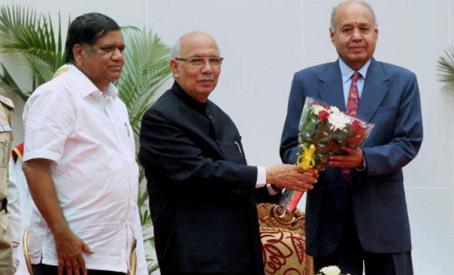 Karnataka Governor Hansraj Bhardwaj greets new Lokayukta, Justice Yarabati Bhaskar Rao