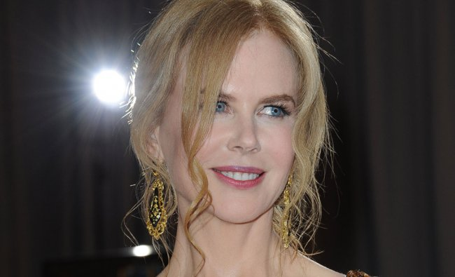 Actress Nicole Kidman arrives on the red carpet for the 85th Annual Academy Awards on February 24...
