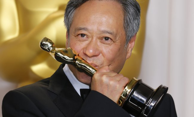 Director Ang Lee kisses his Oscar for Achievement in Directing for \'Life of Pi\'...