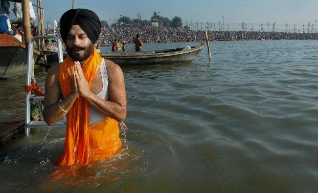 All India Anti Terrorist Front Chairman MS Bitta offering prayers after taking bath at Sangam...