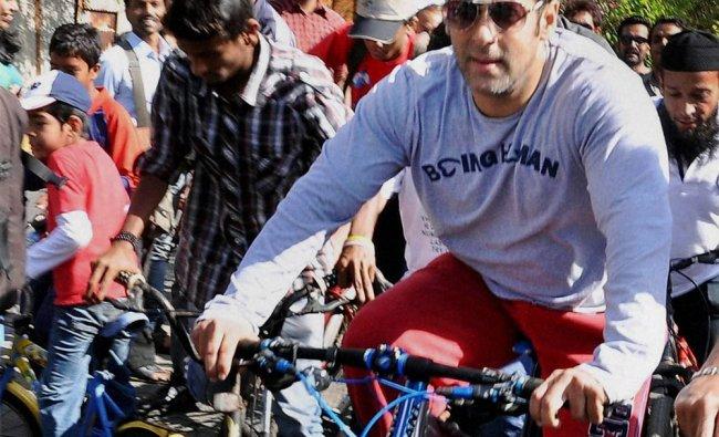 Salman Khan rides a bicycle to arrive at Rouble Nagi\'s art camp in Bandra, Mumbai ...